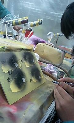 塗っては剥がし、隠しては塗る